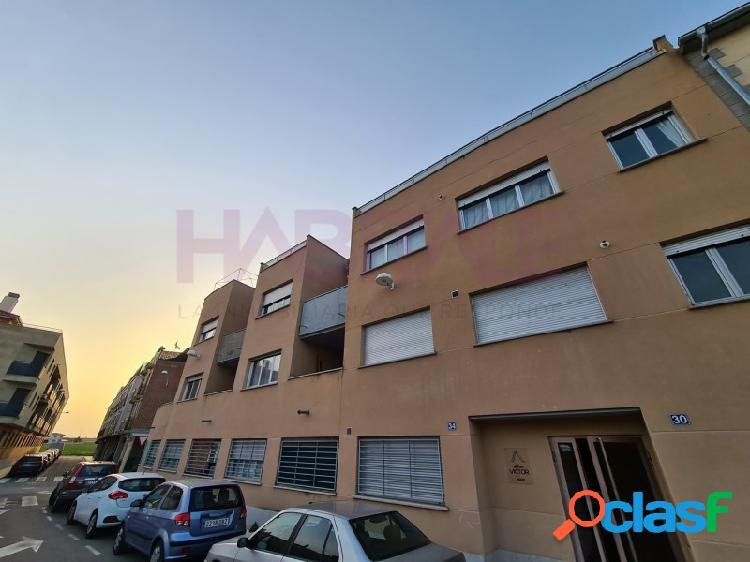 Piso de un dormitorio, salón, cocina y baño en calle mayor a la plaza en castellanos de moriscos.