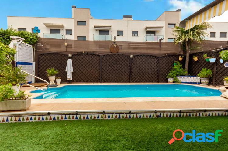 Casa pareada con 5 habitaciones, 3 baños, garaje, piscina y jardín en el casco urbano de Abrera 1