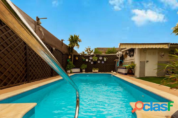 Casa pareada con 5 habitaciones, 3 baños, garaje, piscina y jardín en el casco urbano de Abrera 2
