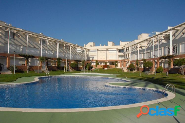 Apartamento de ensueño en la misma playa ya que podrás acceder directamente del jardín y piscina a la arena de la pla