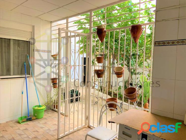 Chalet de una planta en torrevieja: 4 habitaciones, dos cocinas, acceso para personas con movilidad reducida, patio, etc. a 5 minutos de la playa.