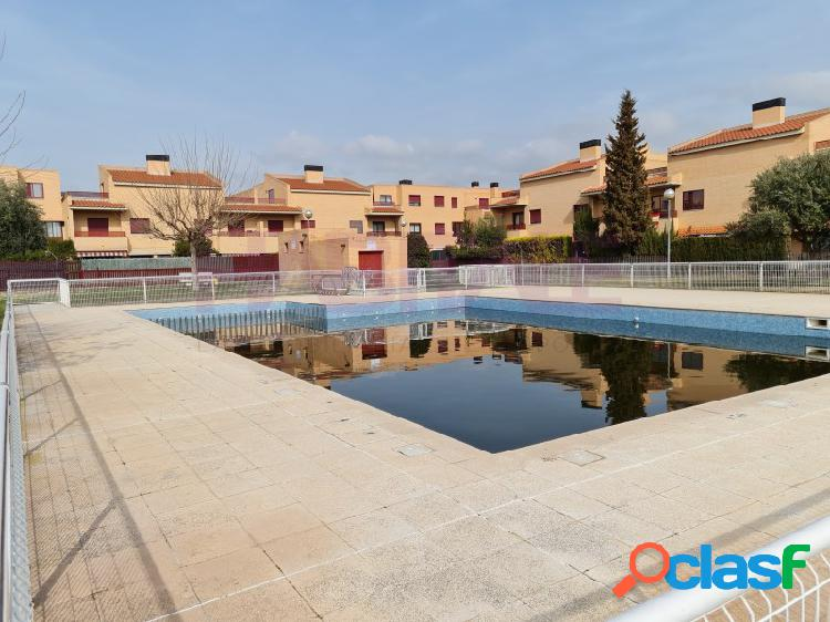 Adosado en venta en camino de la estación en utebo. urbanización parque de la estación, con piscina, zonas deportivas, y zonas comunes.