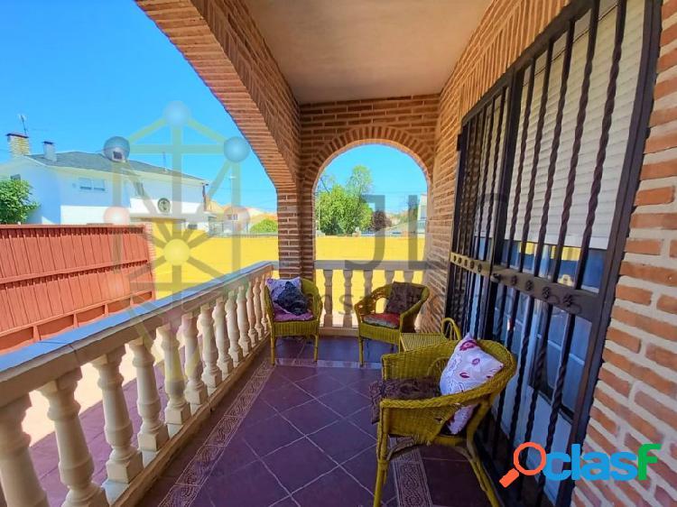 Magnifico y amplio chalet pareado en el centro del casar (casco urbano): 5 habitaciones, garaje, patio, porche... cerca de todos los comercios y vida de ocio.