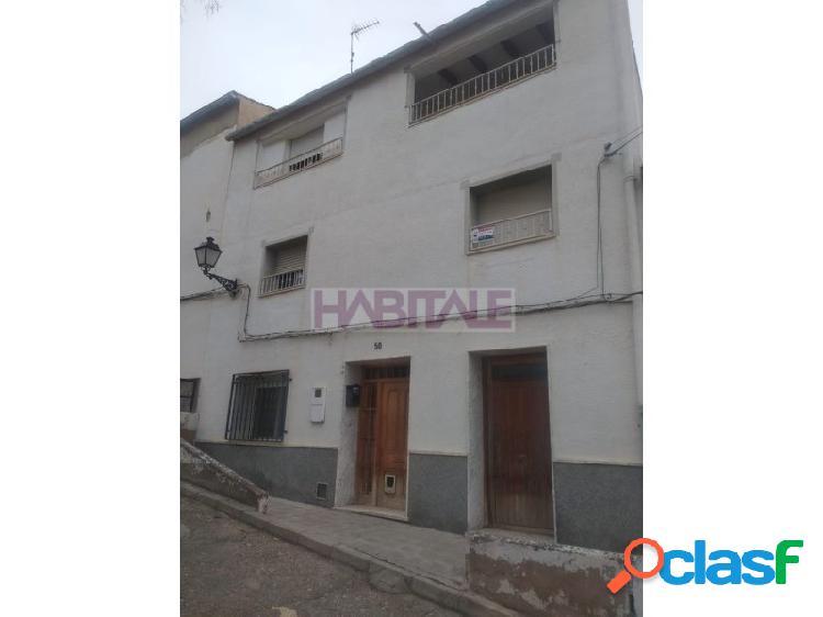 Excelente oportunidad de adquirir en propiedad esta casa/chalet residencial con una superficie de 329 m² bien distribuidos en 6 habitaciones 2 cuartos de baño ubicado en la localidad de ayora