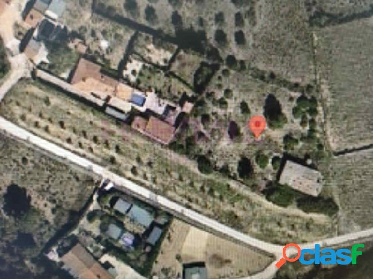 Parcela de 5302 metros cuadrados con edificación de 182 metros diáfana, dispone pozo propio, agua y luz dadas de baja.