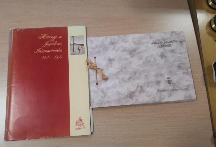 Homenaje a jugadores internacionales 1920 -1989, album de