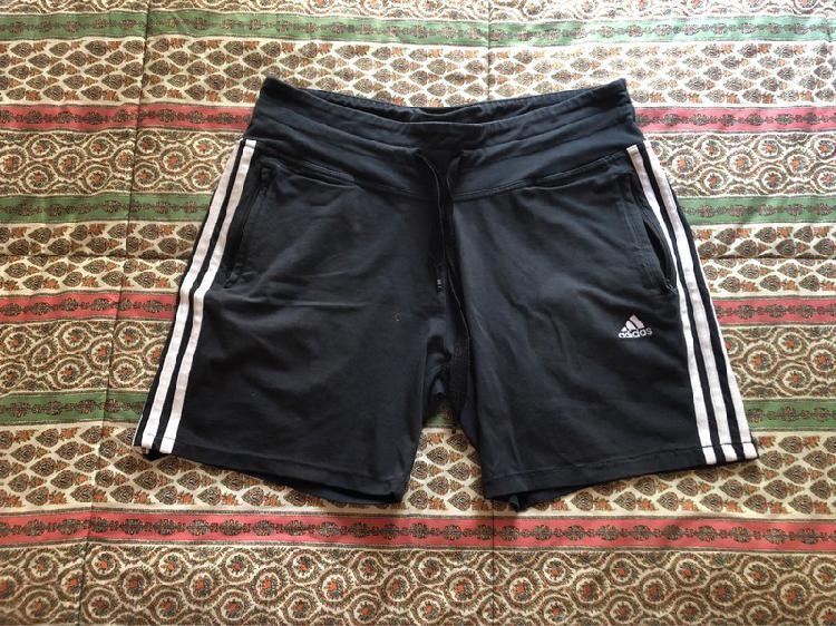 Pantalón corto adidas.