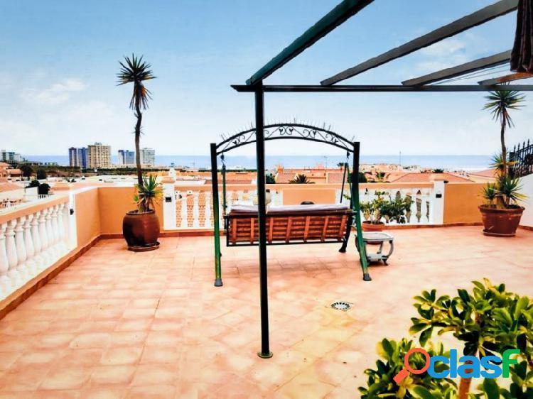 Villa de dos plantas con piscina garaje e vistas increíbles del mar