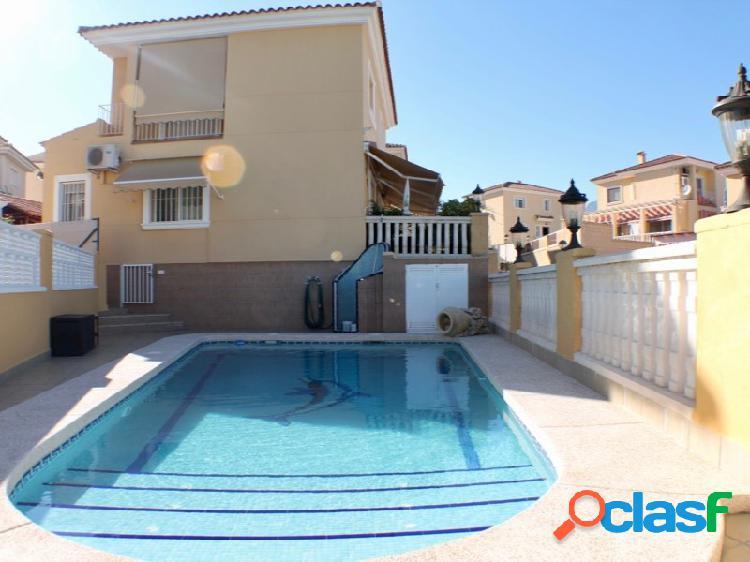Chalet independiente con piscina propia.