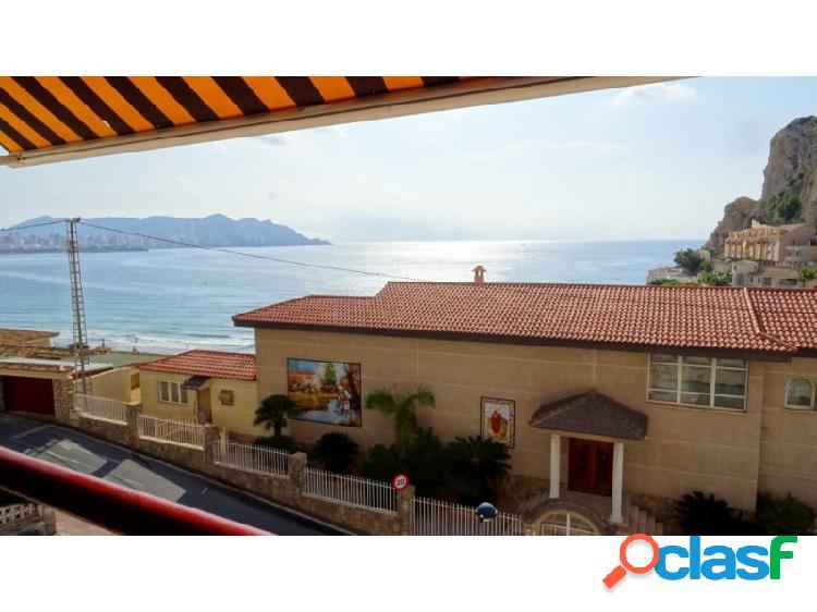Soleado apartamento con vistas al mar y playa poniente.