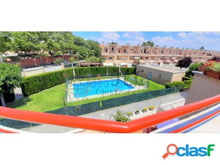Espectacular chalet adosado: dos plazas de garaje, bodega, chimenea, jardín, piscina, trastero, etc.