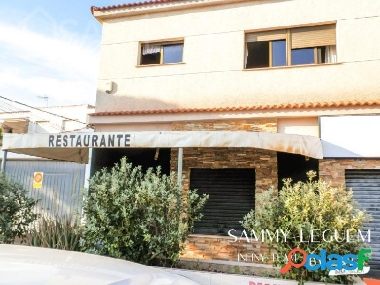 Safti le presenta un restaurante 224 m2 completamente equipado + vivienda 114 m2 en parcela 505 m2, a solo 150m del mar y cerca de supermercado.