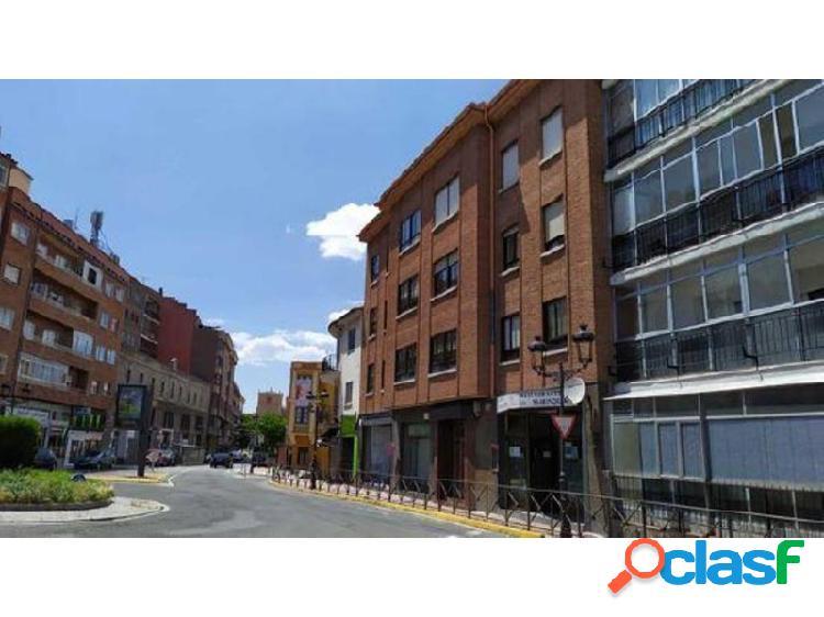 Local comercial en planta baja con acceso directo desde la calle y gran escaparate.