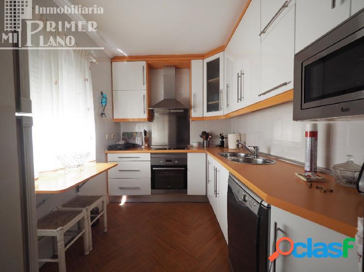 En venta vivienda de 2 plantas junto a c/doña crisanta con 6 dormitorios, 2 baños, garaje y patio