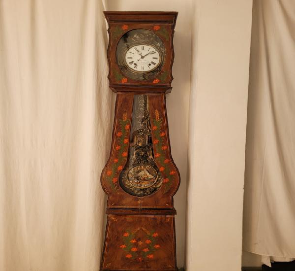 Reloj clásico (francia) con movimientos en funcionamiento