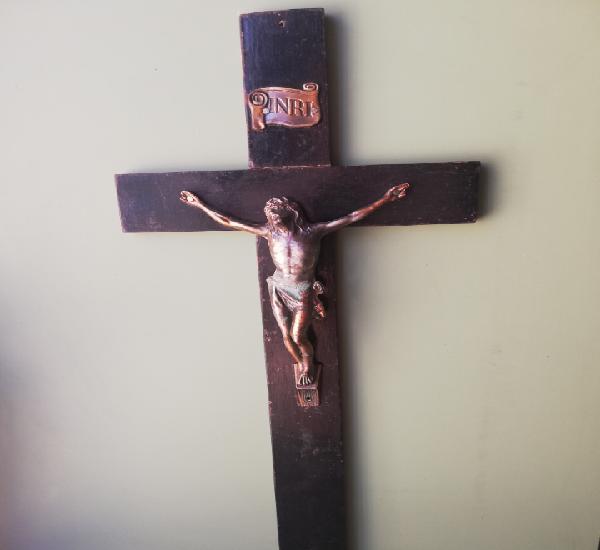 Sencillo crucifijo, cristo metallico y cruz de madera