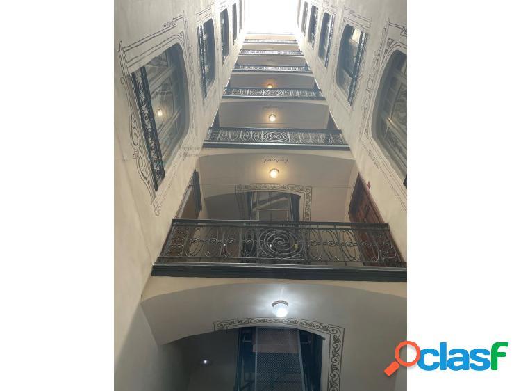 Oportunidad inversores: majestuoso piso en finca regia del barrio eixample dret de barcelona, con terraza privada de 80m2.
