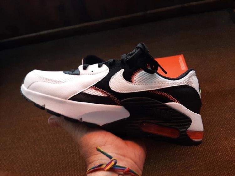 Nike air excee número 42 = 8.5 están nuevas