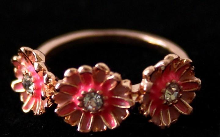 Elegante anillo de diseño margaritas con acabado en oro y