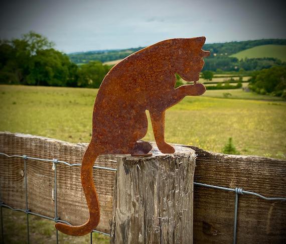 Exterior rústico rusty metal cat washing feline garden