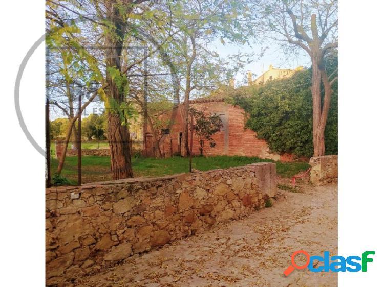 Edificio de terrenos con cobertizo en el casco antiguo de Peratallada (Baix Empordà). Producto único.