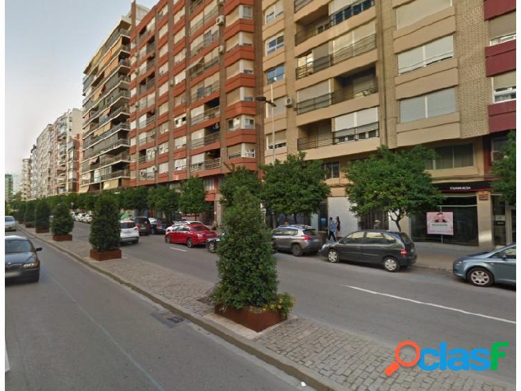 Plaza parking en la avenida