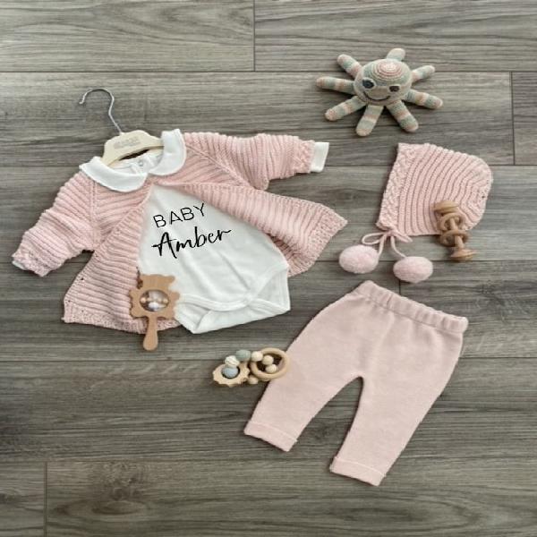 Nombre personalizado onesie, recién nacida baby girl home