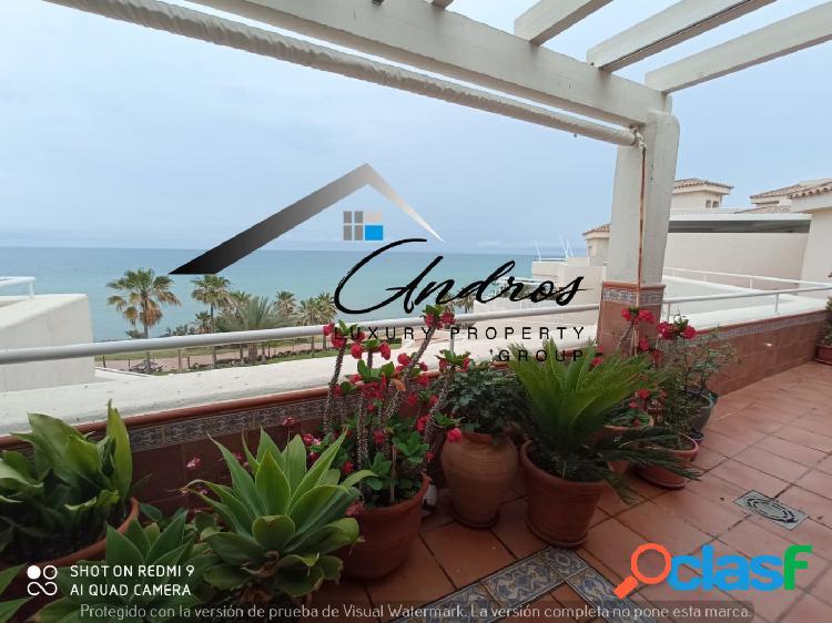 Venta ático con vistas al mar de 4 habitaciones en primera línea del mar, Estepona. 1