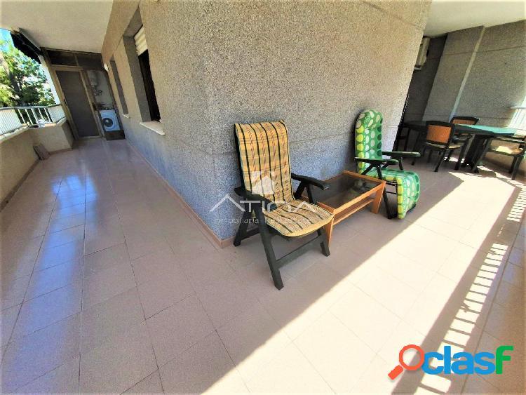 Apartamento con amplia terraza de 15 m2 y con vistas al mar situado en 2ª línea playa Daimús, 1