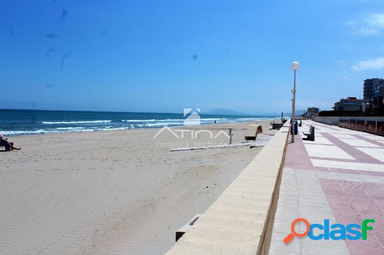 Precioso adosado con fantásticas vistas al mar, situado en 1ª linea playa Daimús. 1
