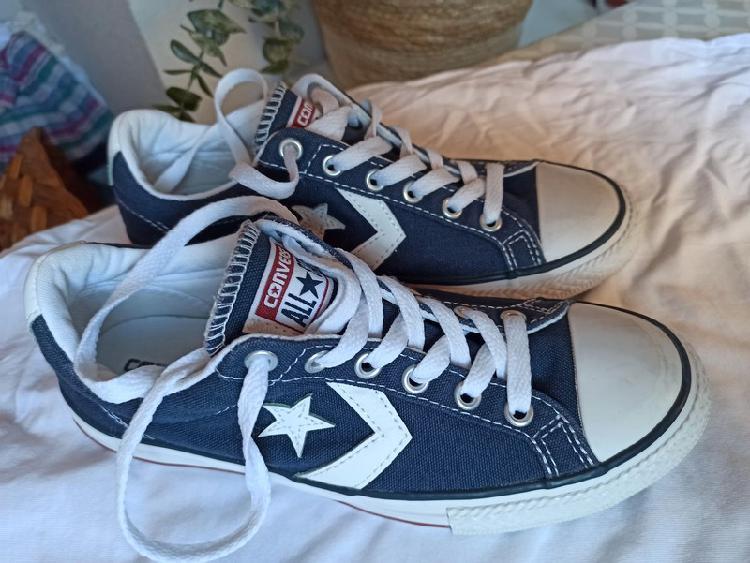 Zapatillas converse azul marino.