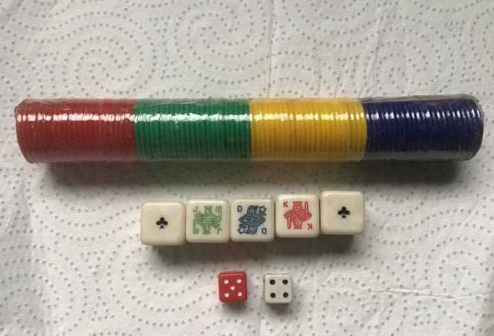 Dados póker + 2 español. lote fichas apuestas. 4 colores.