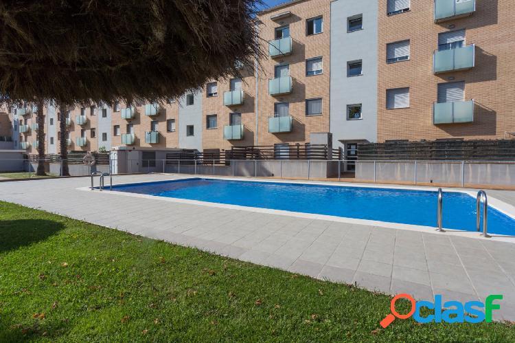 Piso de planta baja, con dos terrazas y jardín con piscina comunitaria en venta celrà.