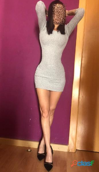 impresionante mujer con un cuerpo hecho para el vicio
