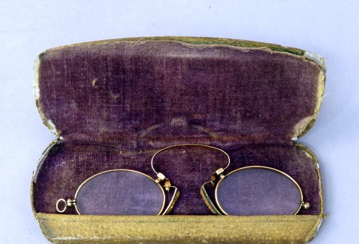 Montura de gafas de pinzas bañada en oro estilo quevedos